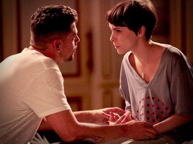 Nina confessa sua dúvida para o namorado (Foto: Avenida Brasil/TV Globo)