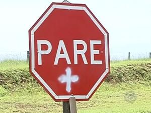 Placa orienta motoristas sobre trecho perigoso  (Foto: Reprodução/ TV TEM)