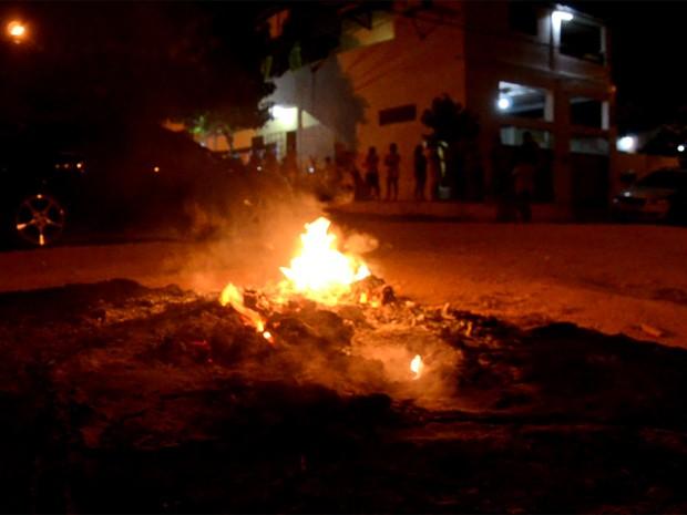 Familiares da menina queimaram colchões, roupas e utensílios domésticos na rua, em frente às casas da vítima e do suspeito (Foto: Walter Paparazzo/G1)