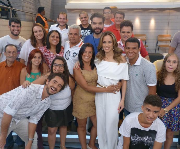 Todos posam juntos ao final do programa (Foto: Ana Puñal/Gshow)