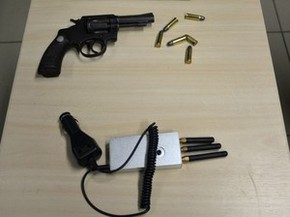 Arma e bloqueador de sinal GPS foram apreendidos com suspeito (Foto: Divulgação / Polícia Federal)