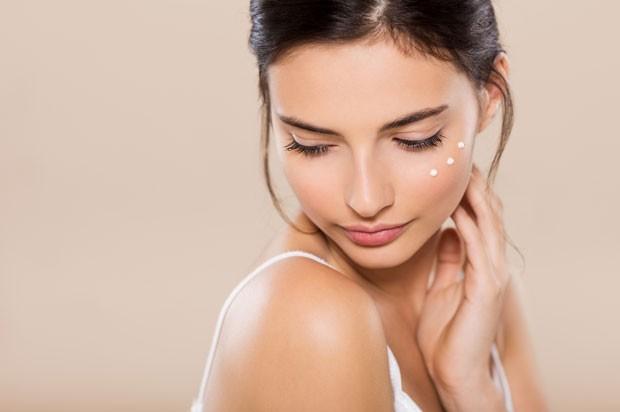 A limpeza é um passo importantíssimo nos cuidados diários com a pele (Foto: Thinkstock)
