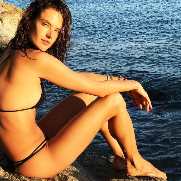 Alessandra Ambrósio em clique de biquíni na Grécia (Foto: Reprodução/Instagram)