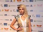 Bruna Linzmeyer vai com o cabelo 'despenteado' à premiação no Rio