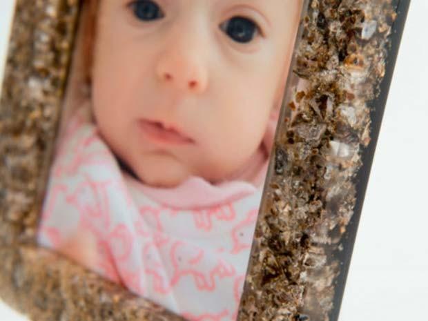 Criadora do porta-retrato com placenta desenvolveu a técnica quando ainda estava na faculdade (Foto: AP/ BBC)
