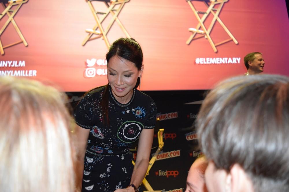 Lucy Liu conversando com os fs na NYCC (Foto: Universal Channel Latin America)