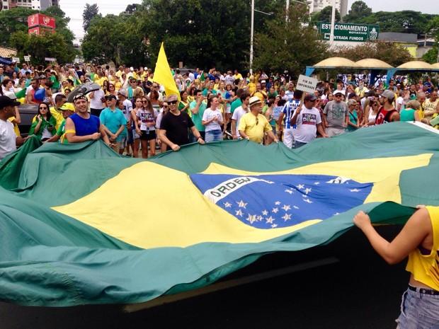 Protesto levou centenas de pessoas às ruas de Tubarão, no Sul de SC (Foto: Gabriel Felipe/RBS TV)