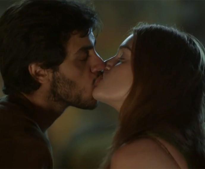 Felipe Simas e Marina Ruy Barbosa se beijam nas primeiras cenas de 'Totalmente Demais' (Foto: TV Globo)