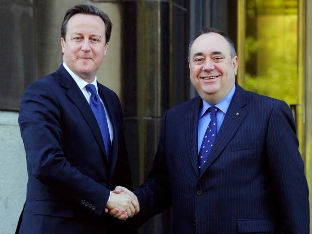 O premiê britânico, David Cameron, e o chefe de governo regional escocês, Alex Salmond, nesta segunda-feira (15) em Edimburgo, na Escócia (Foto: AP)
