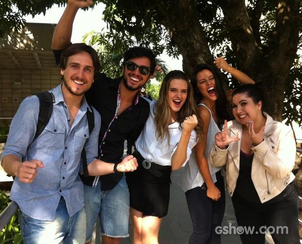 Time de Além do Horizonte torce em peso para a companheira de cena Luciana Paes (Foto: Domingão do Faustão/ TV Globo)