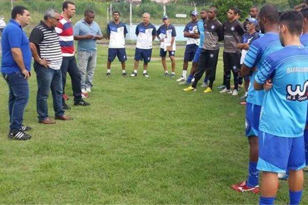 Manoel Neto e comissão técnica conversam com o grupo de jogadores (Foto: Alysson Costa/ TV Rio Sul)
