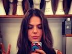 Isis Valverde posta 'selfie' com perucas da nova novela
