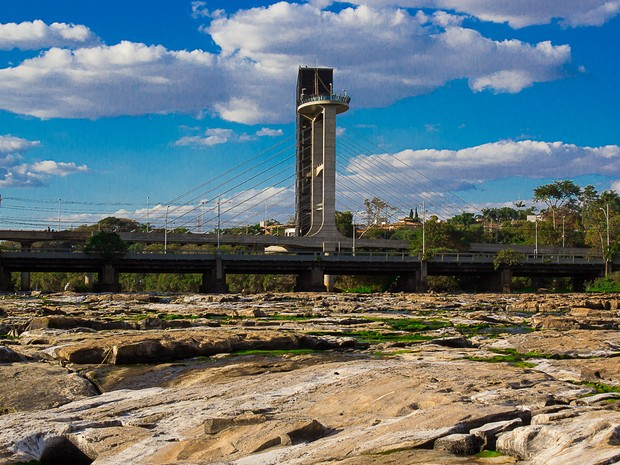 Trecho antes dominado pelas águas do Piracicaba é tomado por pedras (Foto: José Furlan Pissol/ VC no G1)