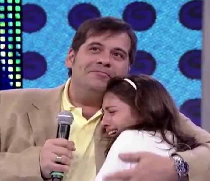 Leandro Hassum abraça Pietra, que chora muito com o depoimento do pai (Foto: TV Globo)