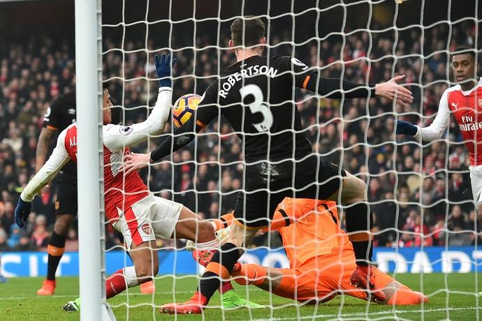 Sanchez gol de mao Arsenal x Hull City (Foto: AFP)
