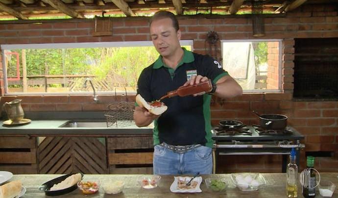 Pedro manda bem na cozinha da temporada de verão  (Foto: Reprodução / TV Diário )