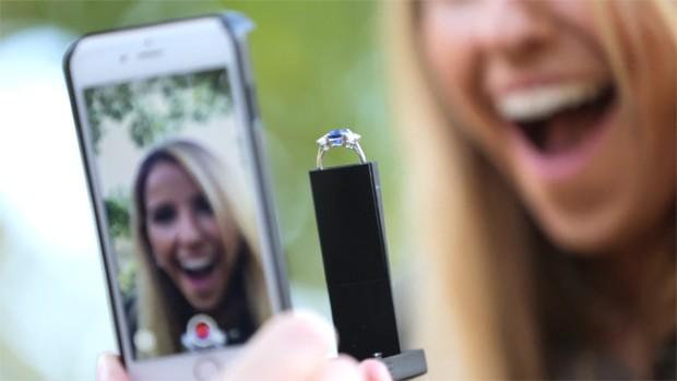 Capa de celular da RokShok permite que você registre a expressão da pessoa amada na hora do pedido (Foto: Reprodução/YouTube)