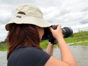 Claudia tira foto das espécies de pássaros no Tanquan, em Piracicaba  (Foto: Fernanda Zanetti/G1)