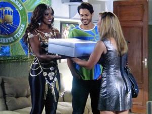 Juju fica muito feliz ao receber o presente (Foto: TV Globo)