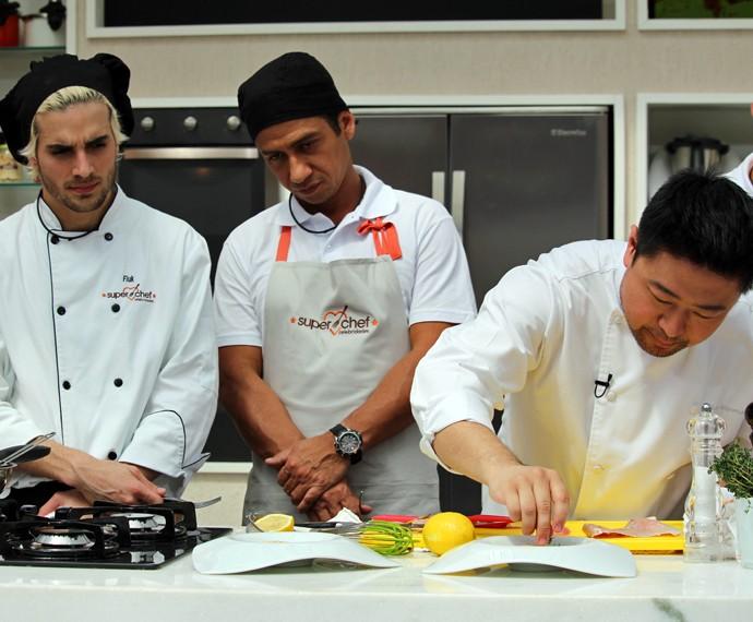 Chef ensina a fazer uma sopa de peixe  (Foto: Carolina Morgado/Gshow)