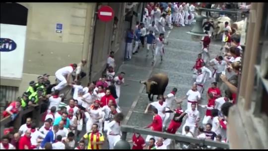 Quatro ficam feridos em corrida de touros no terceiro dia de festival em Pamplona