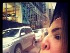 Luciana Gimenez amassa o rosto no vidro do carro e faz 'selfie'. Oi?