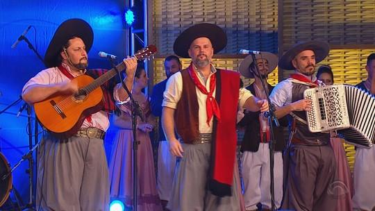 Confira a música 'Pátria', que César Oliveira & Rogério Melo gravaram no 'Galpão Crioulo' da Fenadoce; assista