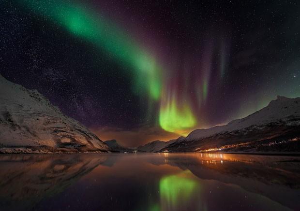 Aurora over Laksvatn Fjord de Matt Walford A aurora boreal sobre a Laksvatn Fjord, Noruega, em foto de de Matt Walford (Foto: BBC/Observatório Real de Greewich)