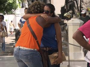 Amigos e familiares marcam presença em sepultamento de estudante (Foto: Imagem/TV Bahia)