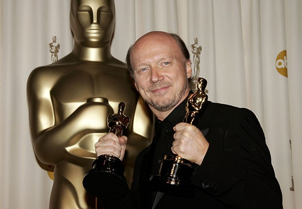 O roteirista e diretor Paul Haggis, de Crash: No Limite (2005), com suas estatuetas na cerimônia do Oscar de 2006 (Foto: Getty Images)