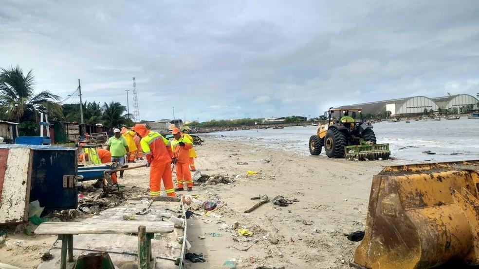 Equipes da prefeitura limpam lixo na Praia da Avenida, onde toneladas de lixo se acumularam depois de dias de fortes chuvas (Foto: Sarah Mendes/Ascom Slum)