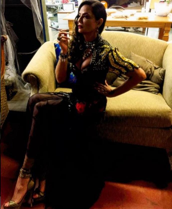 Ainda sob fase de desenvolvimento, Luiza Brunet posa com parte do figurino de Madá em sua primeira imagem como a personagem; a criação está sendo realizada pelo diretor artístico da novela, Luiz Fernando Carvalho, e a figurinista Thanara Schönardie (Foto: Arquivo Pessoal)