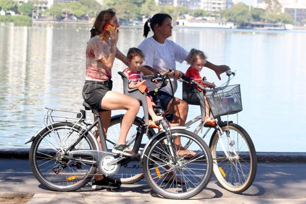 Betty Gofman e babá passeiam com as filhas no RJ (Foto: JC Pereira/Agnews)