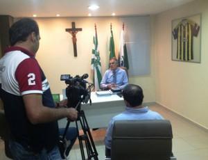 Vilson Ribeiro, do Coritiba, dá entrevista para televisão turca (Foto: Divulgação/site oficial do Coritiba Foot Ball Club)