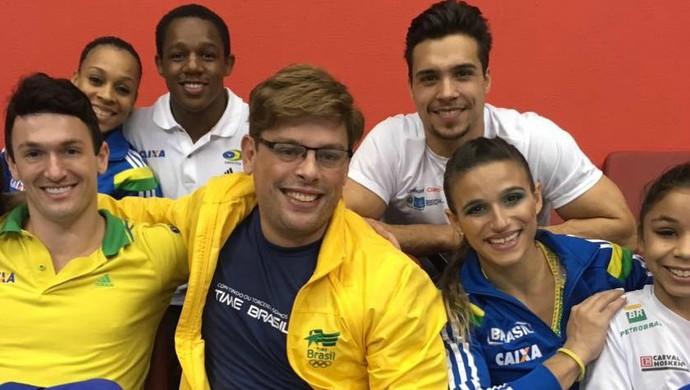 Bruno Chateaubriand com ginastas (Foto: Reprodução)