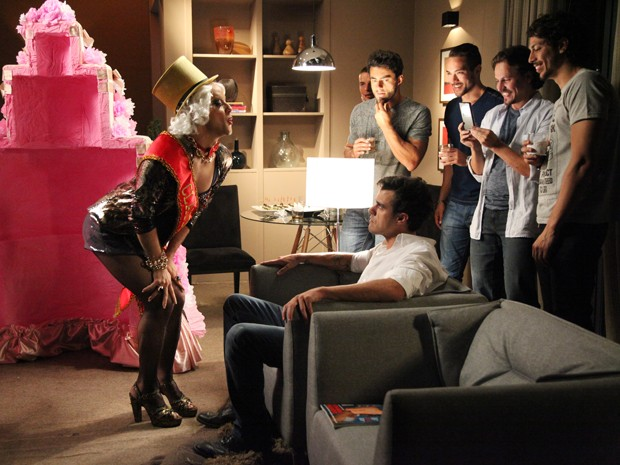 Enrico se supreende com travesti em sua despedida de solteiro (Foto: Carol Caminha/TV Globo)