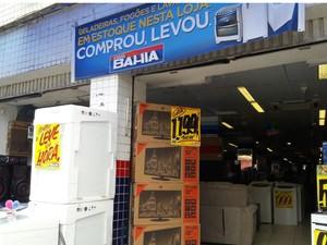 Foram levados aparelhos celulares de loja, localizada na Liberdade (Foto: Vanderson Nascimento/ TV Bahia)