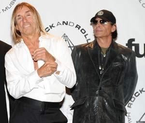 Iggy Pop e Scott Asheton, do The Stooges, em 2010 (Foto: STEPHEN LOVEKIN / GETTY IMAGES NORTH AMERICA / AFP)