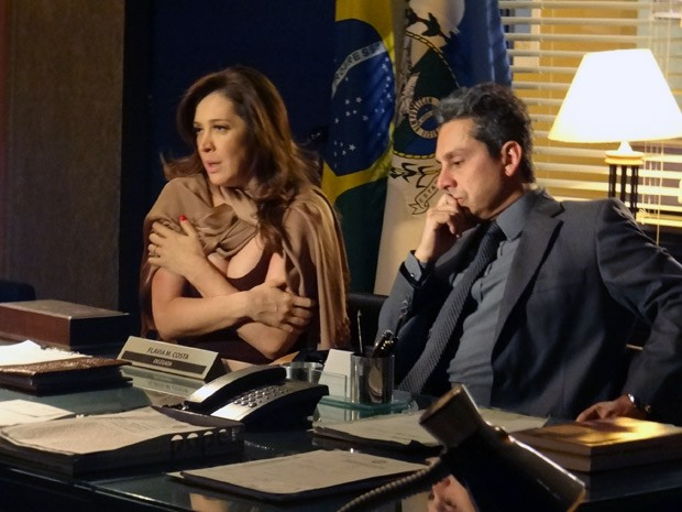 Lívia denuncia Théo na delegacia (Foto: Salve Jorge/TV Globo)