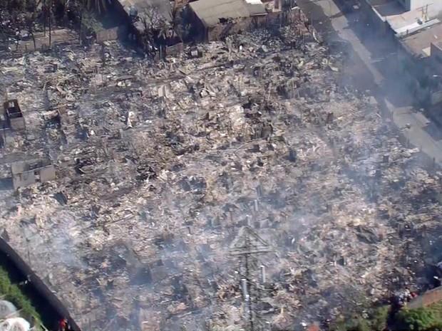 Fogo se alastrou rapidamente pela Comunidade do Plástico, em Campo Grande (Foto: Reprodução / TV Globo)