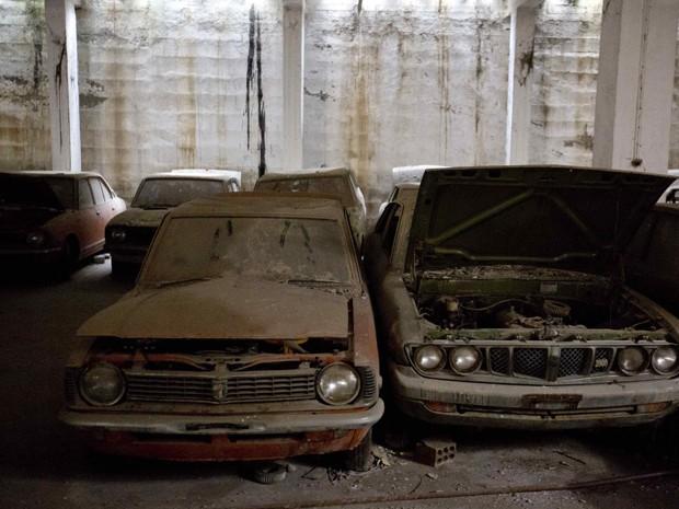 Carros abandonados em garagem desde os anos 70 no Chipre, após a disputa entre os turcos no norte e gregos no sul da ilha (Foto: Neil Hall/Reuters)