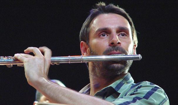 Murilo Rosa aprendeu a tocar flauta para intrepretar o maestro Mozart Vieira (Foto: Divulgação/Reprodução)