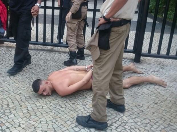 Homem foi detido por guardas municipais e um policial civil (Foto: Arquivo Pessoal)