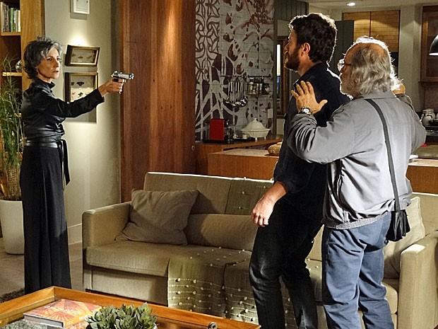 Melissa aponta uma arma para Rodrigo e Virgílio (Foto: Amor Eterno Amor/TV Globo)