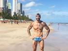 Ex-BBB Rodrigo exibe corpo sarado em ida à praia