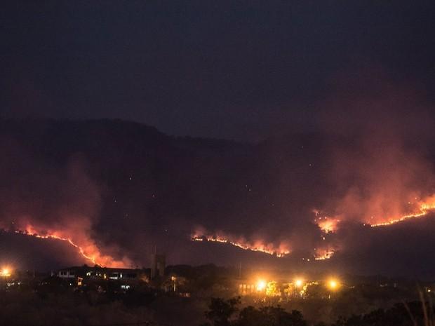 Incêndio foi registrado por fotógrafo na noite desta quinta-feira (3) (Foto: Clóvis Cruvinel/Arquivo Pessoal)