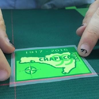 Produção Camisa Chapecoense (Foto: Cássio Filter/Portal Gaz)