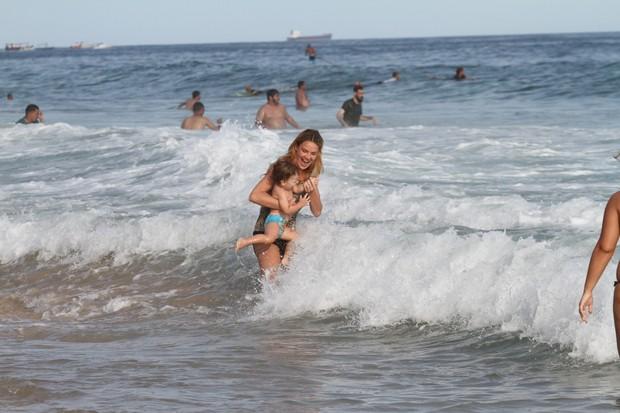 Letícia Birkheuer com o filho na praia (Foto: Wallace Barbosa / AgNews)