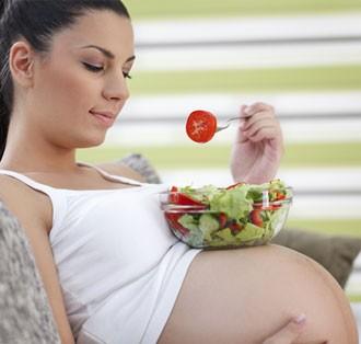 Grvidas: dicas de cuidados com a sade, a alimentao e o corpo no vero gravidez comendo salada (Foto: Getty Images)
