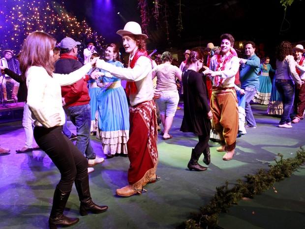 Turistas aprendem com dançarinos coreografias no Natal Luz (Foto: Cleiton Thiele/Divulgação)